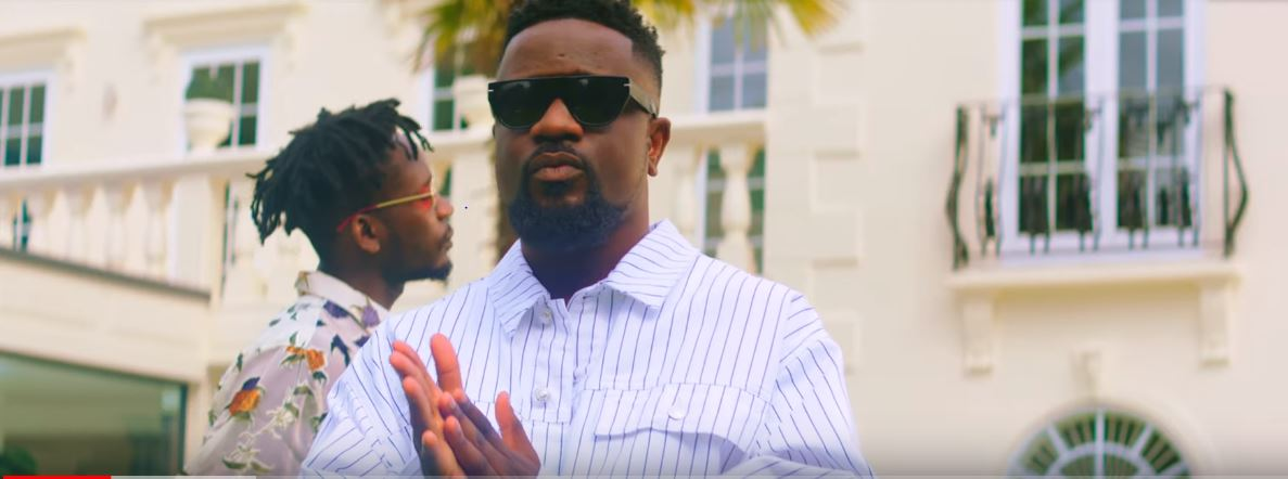 Photo of New VIDEO: Sarkodie ft. Mr Eazi – Do You